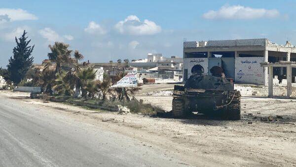 Военная техника на обочине трассы М5 Дамаск-Алеппо в районе поселения Маарет-Нуман провинции Идлиб в Сирии