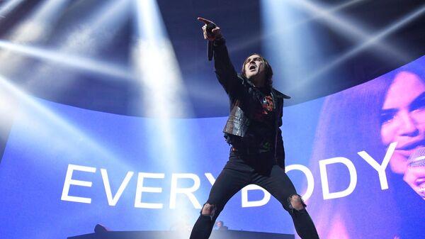 Вокалист группы LITTLE BIG Илья Прусикин во время концерта в Москве