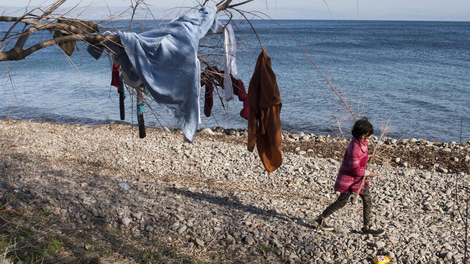 Одежда на дереве в лагере беженцев на острове Лесбос в Греции - РИА Новости, 1920, 30.06.2021