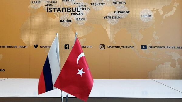 Флаги России и Турции в офисе Sputnik в Стамбуле