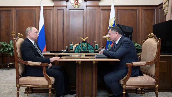 Владимир Путин и заместитель председателя правительства РФ Марат Хуснуллин во время встречи