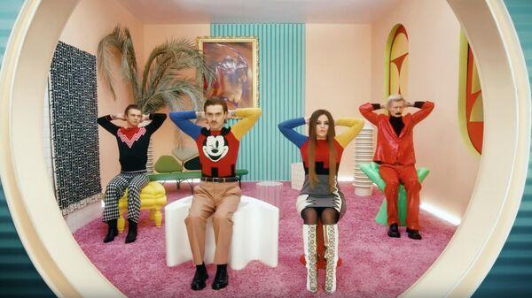 Стоп-кадр клипа на песню GO BANANAS  группы LITTLE BIG