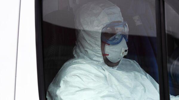 Медицинский работник в защитном костюме