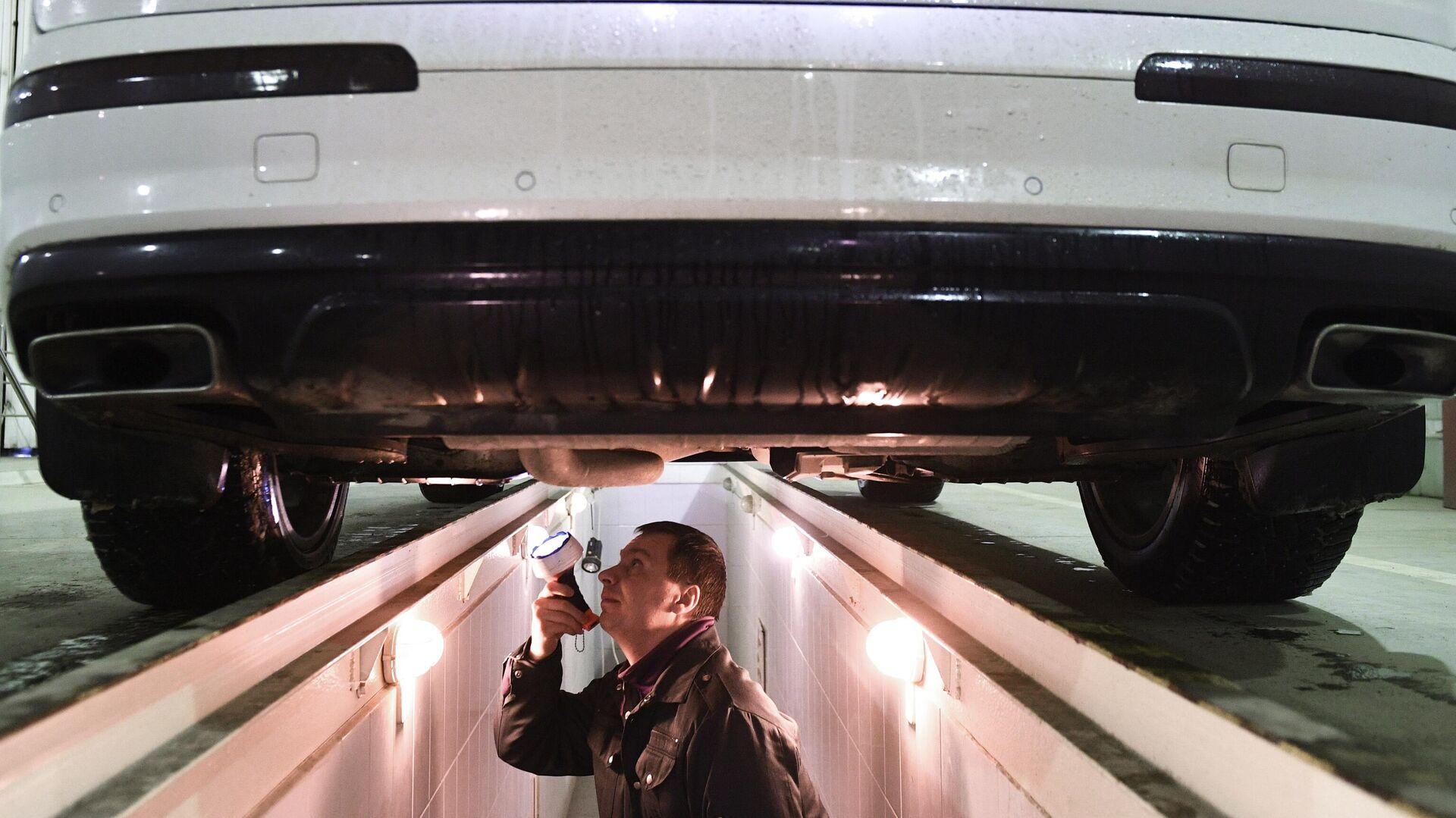 Технический эксперт проводит осмотр автомобиля на пункте техосмотра в Новосибирске - РИА Новости, 1920, 16.02.2021