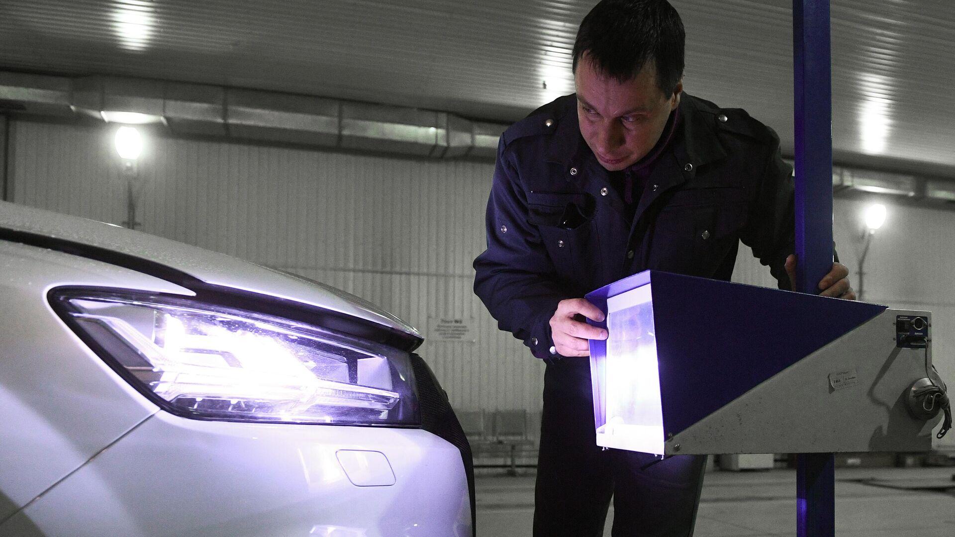 Технический эксперт проводит осмотр автомобиля на пункте техосмотра в Новосибирске - РИА Новости, 1920, 19.07.2021