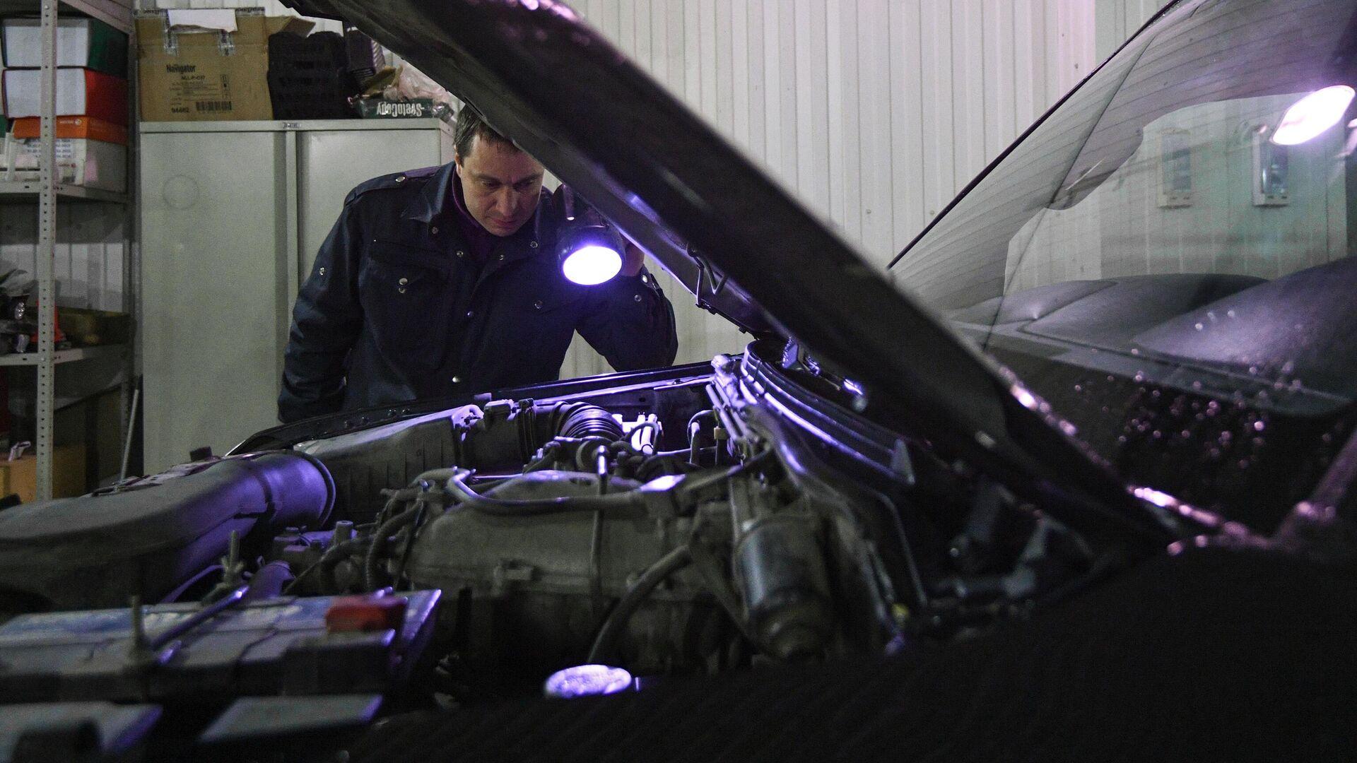Технический эксперт проводит осмотр автомобиля на пункте техосмотра в Новосибирске - РИА Новости, 1920, 25.02.2021