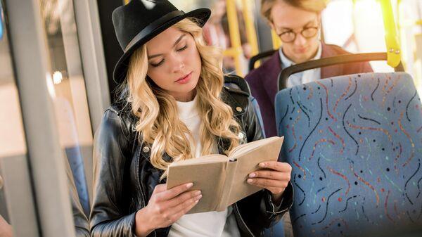 Девушка за чтением книги