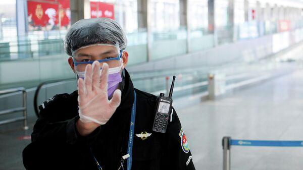 Офицер службы безопасности в зале прилета аэропорта Пекина