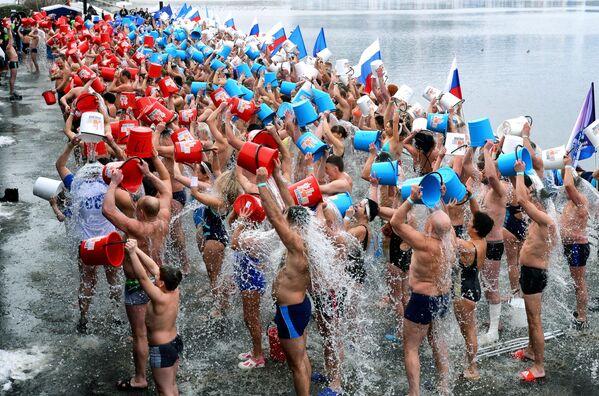Жители Красноярска во время установления рекорда России по массовому обливанию холодной водой