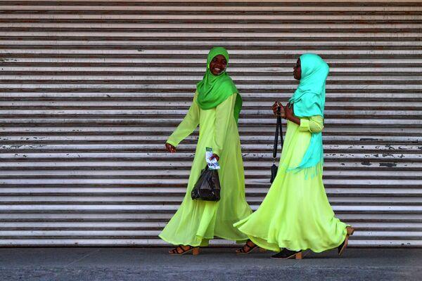 Девушки гуляют в Джорджтауне, Гайана