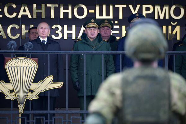 Верховный главнокомандующий, президент РФ Владимир Путин проводит смотр личного состава 104-го гвардейского десантно-штурмового ордена Кутузова Краснознаменного полка 76-й воздушно-десантной дивизии
