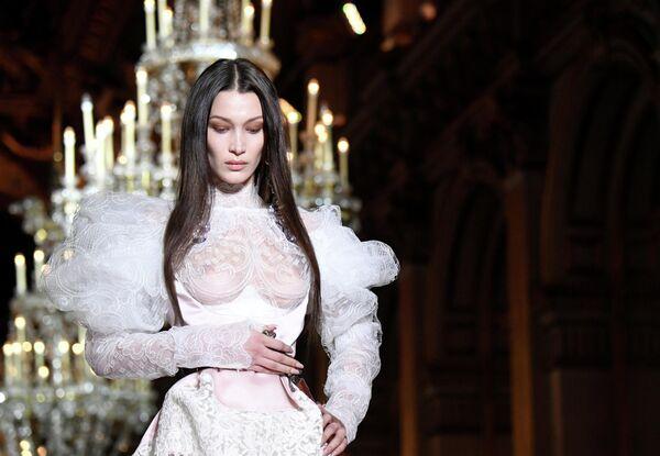 Модель Белла Хадид во время показа коллекции Vivienne Westwood и Andreas Kronthaler на Неделе моды в Париже