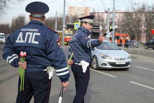 Инспекторы ДПС Краснодара останавливают автомобили, чтобы поздравить женщин-водителей с наступающим праздником 8 Марта