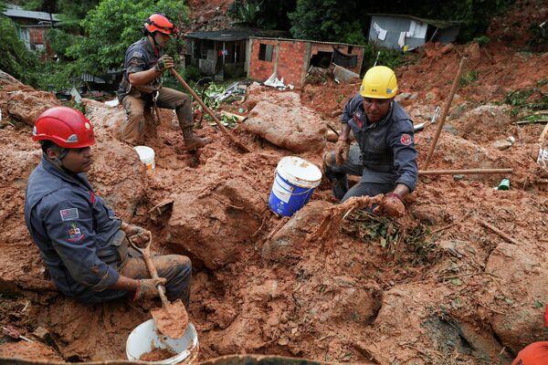 Поиск жертв оползня в Гуаруже, Бразилия