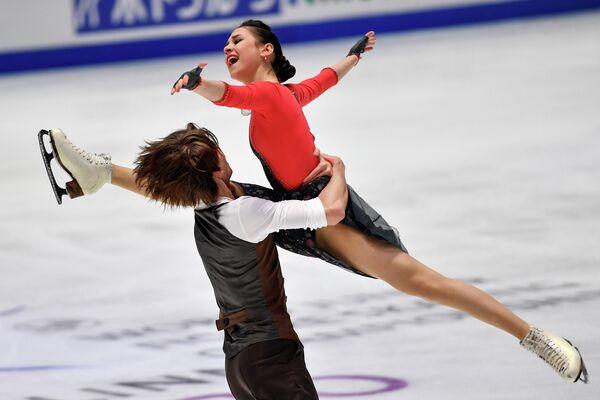Елизавета Шанаева и Дэвид Нарижный выступают в произвольной программе танцев на льду на тренировке перед соревнованиями чемпионата мира по фигурному катанию среди юниоров 2020 в Таллине