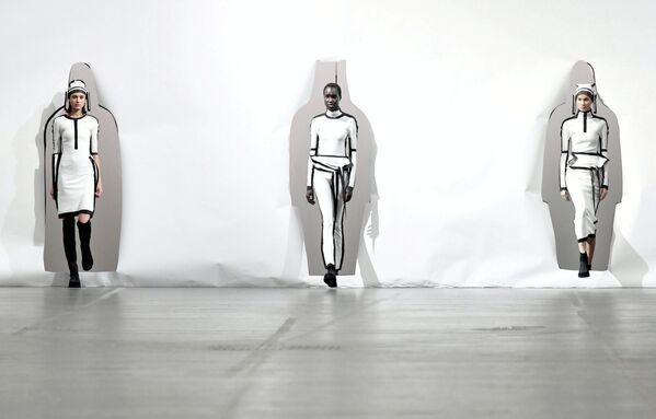 Презентация коллекции дизайнера Сатоши Кондо в Париже