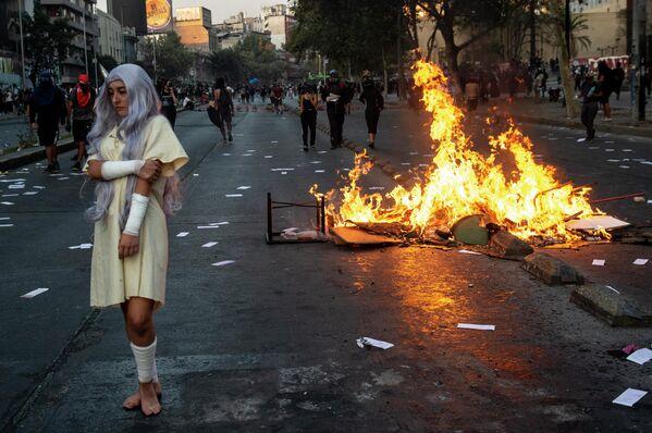 Участница протеста против политики президента Чили Себастьяна Пиньера в Сантьяго