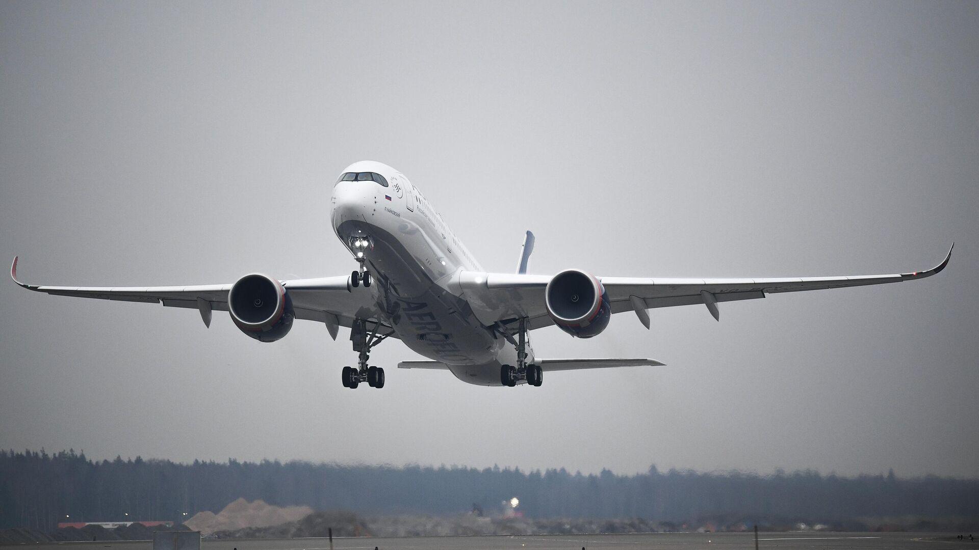 Самолет Airbus A350-900 во время взлета в Международном аэропорту Шереметьево - РИА Новости, 1920, 05.03.2021