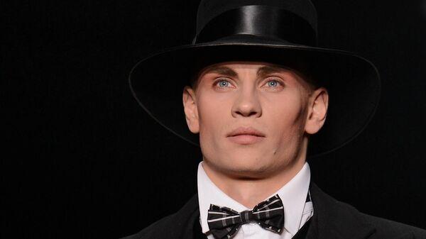 Модель демонстрирует одежду из новой коллекции Дома моды Slava Zaitsev в рамках Mercedes-Benz Fashion Week Russia в Центральном выставочном зале Манеж в Москве.