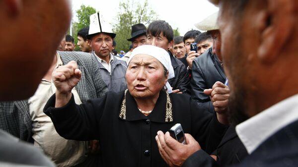 Митинг сторонников президента Киргизии Курманбека Бакиева и оппозиции перед зданием областной администрации Джалал-Абада. 2010 год