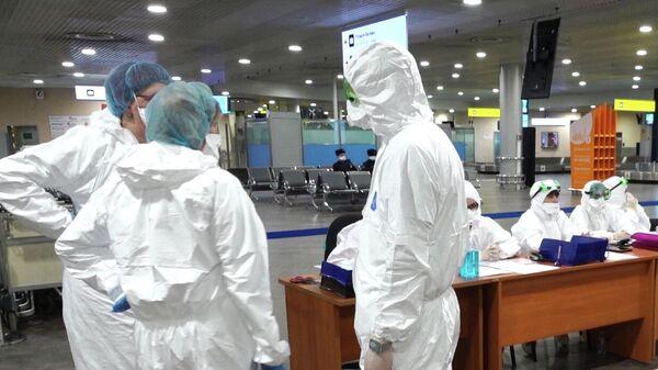 Медицинские работники перед осмотром пассажиров в аэропорту Шереметьево