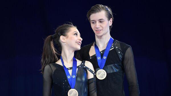 Елизавета Шанаева и Дэвид Нарижный (Россия), завоевавшие бронзовые медали в соревнования в танцах на льду на чемпионате мира по фигурному катанию среди юниоров в Таллине, на церемонии награждения.