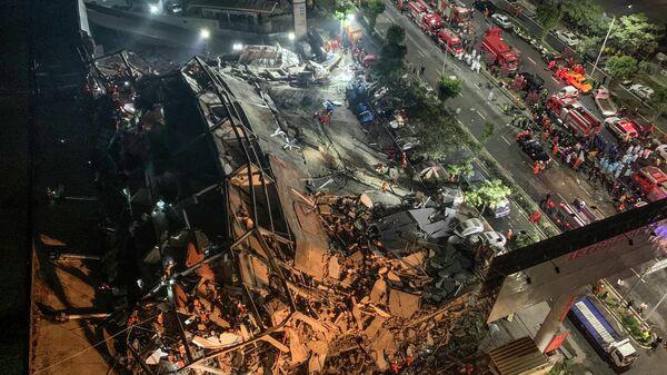 Спасатели на месте обрушения отеля Xinjia Express в Китае