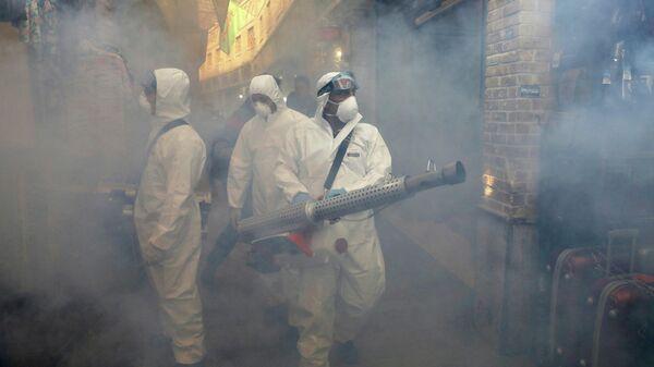 Пожарные распыляют дезинфицирующее средство в Тегеране, Иран