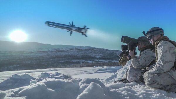 Американский военнослужащий производит выстрел из противотанкового ракетного комплекса (ПТРК) Javelin во время учений Cold Response 2020 в Норвегии