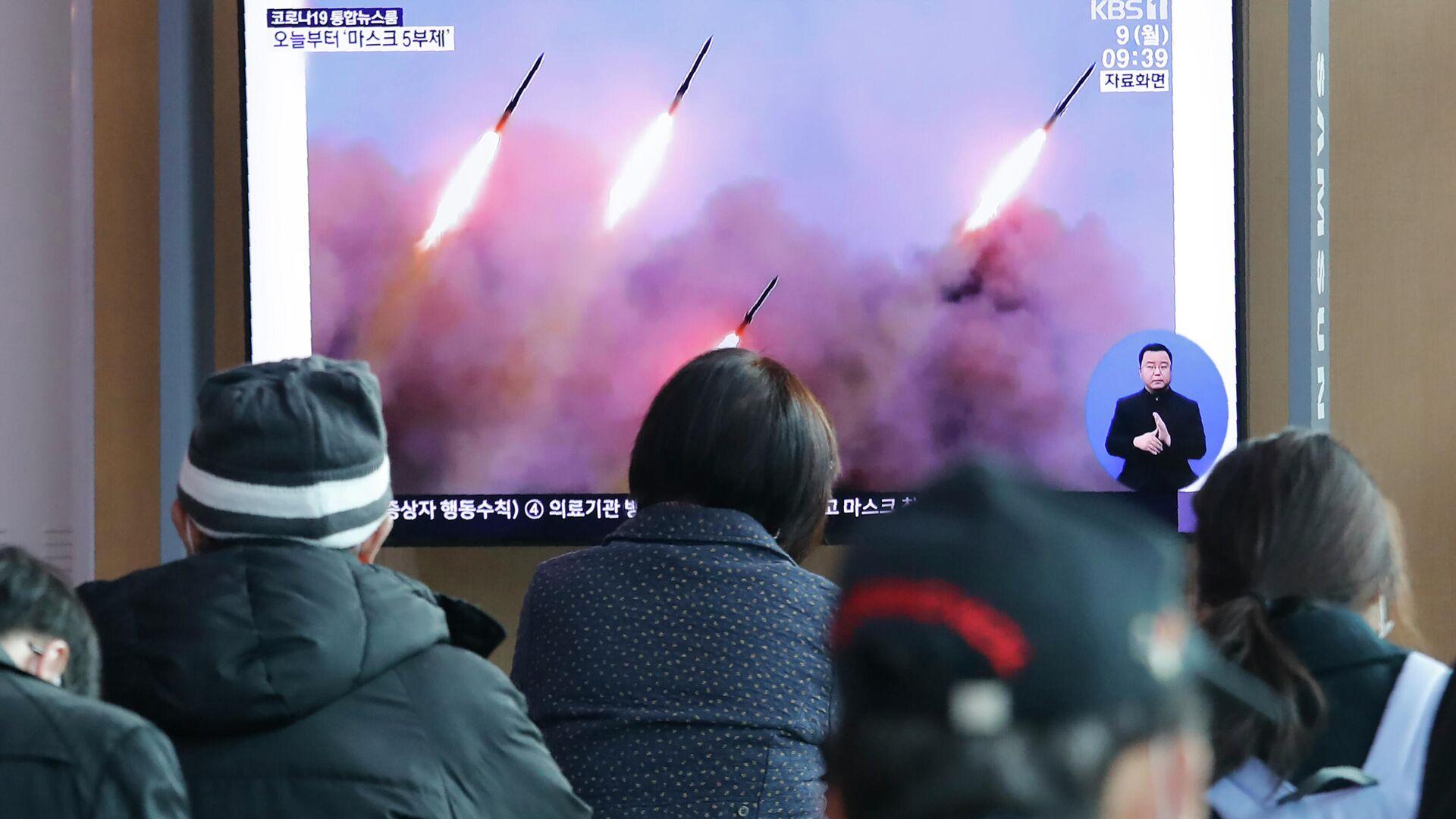 Люди смотрят новости в сеульском метро о запуске ракет в КНДР - РИА Новости, 1920, 29.09.2021