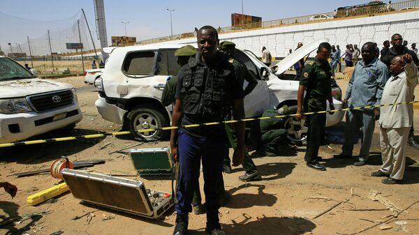 Поврежденное транспортное средство на месте покушения на премьер-министра Судана Абдаллу Хамдока в столице страны Хартуме. 9 марта 2020