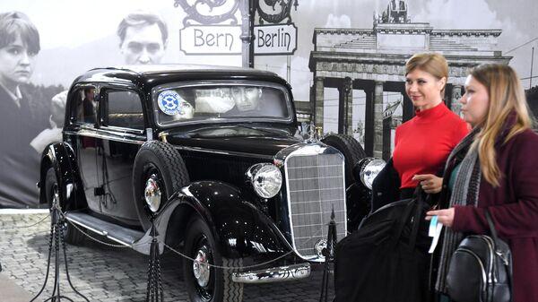 Посетители на открытии 29-й выставки старинных автомобилей и антиквариата Олдтаймер-Галерея 2020