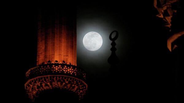 Луна в небе над мечетью Селимие в Эдирне, Турция