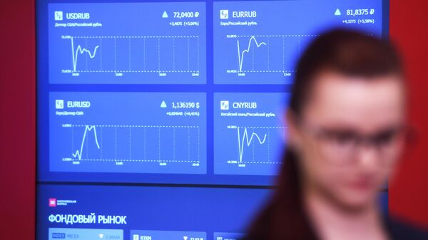 Монитор с интерактивными онлайн-графиками курса доллара, евро, нефти