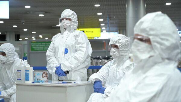 Медицинские работники перед началом осмотра пассажиров в аэропорту Шереметьево