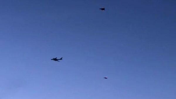 Кадры сопровождения американскими истребителями двух российских Ту-142