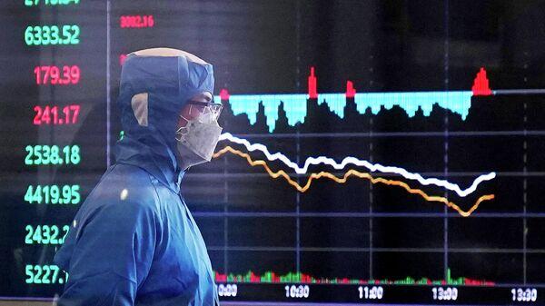 Сотрудник в защитном костюме в здании Шанхайской фондовой биржи