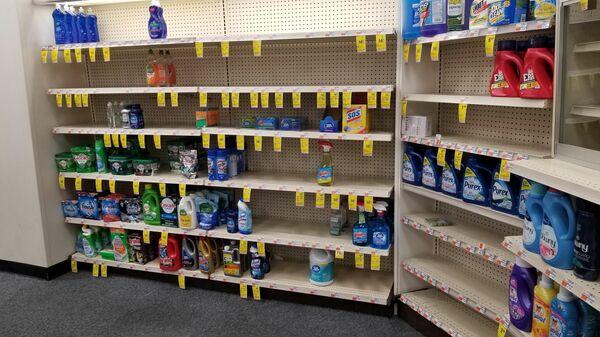 Пустые полки с бытовой химией и антибактериальными салфетками в аптеке сети CVS