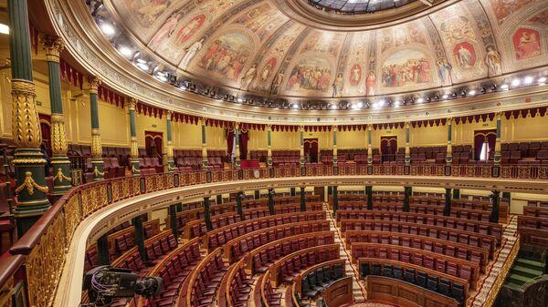 Пустующий в связи с эпидемией коронавруса парламент Испании
