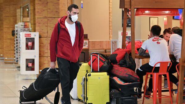 Пассажир в медицинской маске в аэропорту Сочи