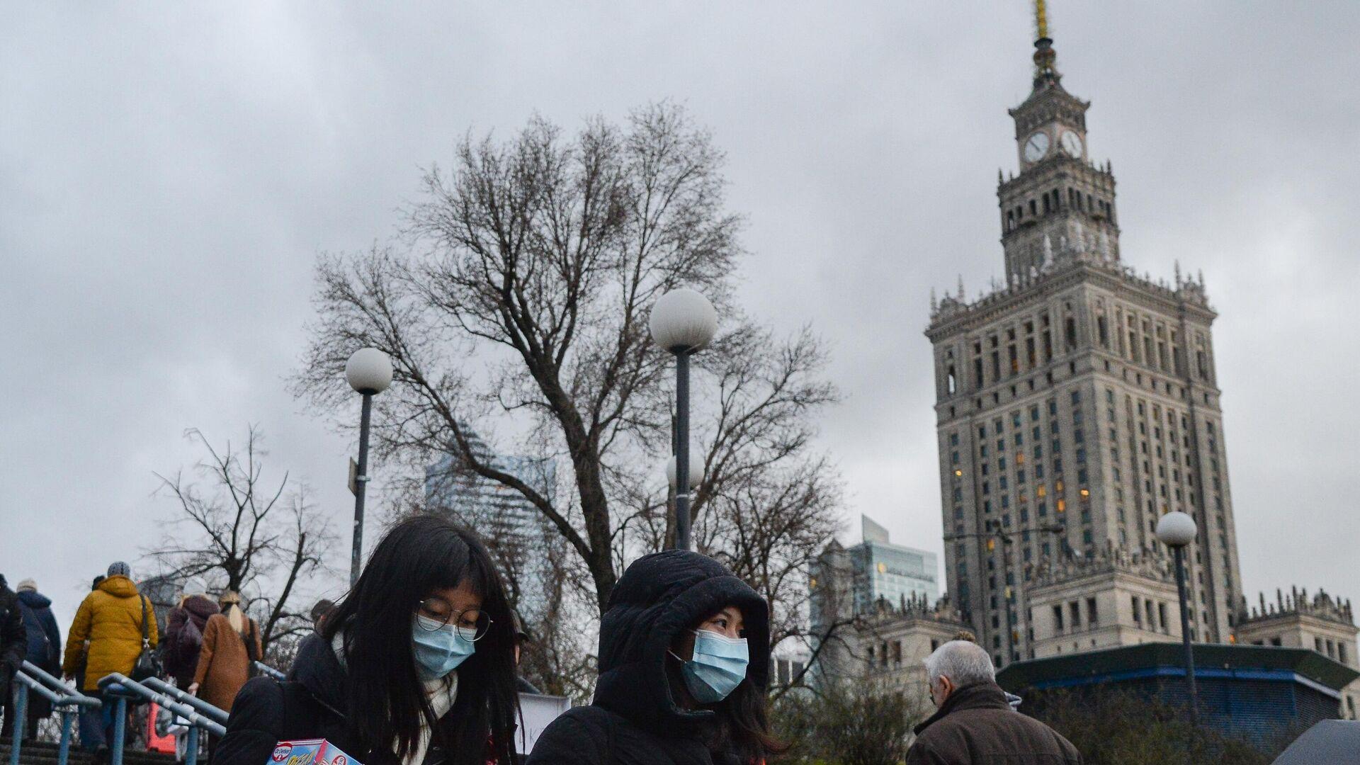 Прохожие в медицинских масках на улице в Варшаве - РИА Новости, 1920, 21.10.2020