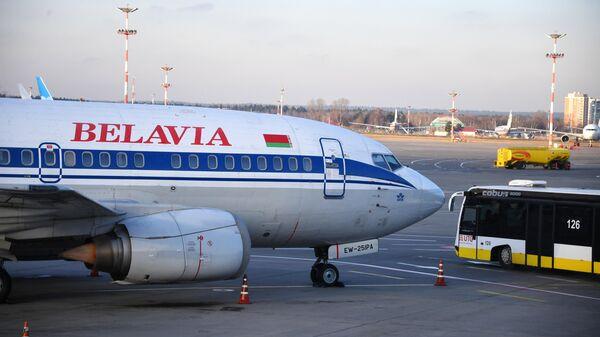 Самолет Boeing 737-500 авиакомпании Белавиа в международном аэропорту Внуково