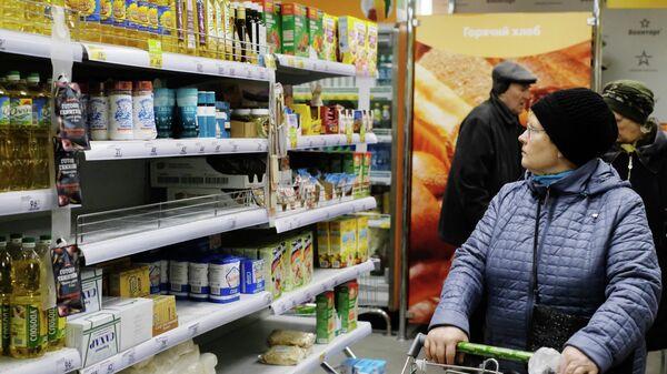 Покупательница в продуктовом магазине