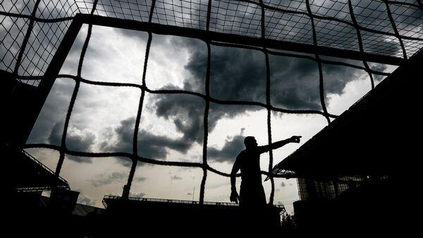 Голкипер во время футбольного матча
