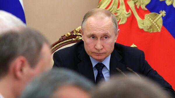 Президент РФ Владимир Путин во время совещания с членами правительства РФ