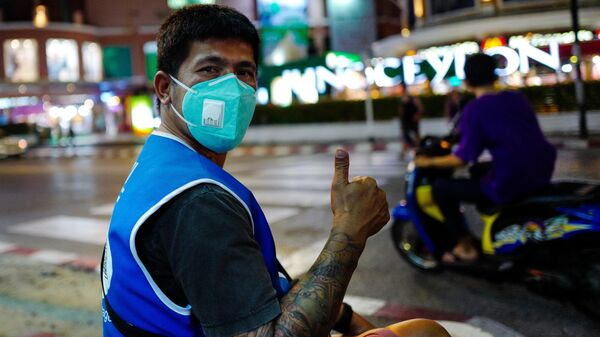 Мужчина в защитной маске на улице Пхукета