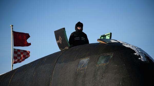 Моряк на ограждении боевой рубки атомной подводной лодки Северодвинск