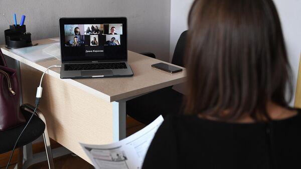 Преподаватель проводит онлайн урок в учебном классе Национального исследовательского технологического университета МИСиС
