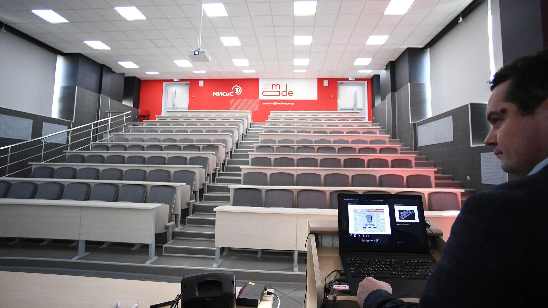 Преподаватель проводит онлайн урок в аудитории Национального исследовательского технологического университета МИСиС - РИА Новости, 1920, 06.12.2020
