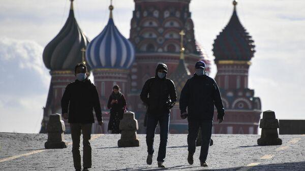 Туристы в медицинских масках на Красной площади в Москве